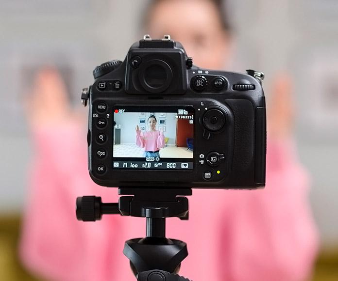 cámara de vídeo grabando a influencer