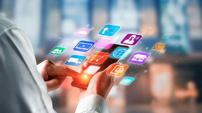 mujer buscando servicios online a través del móvil