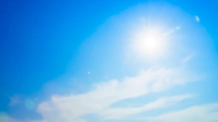 sol radiante brillando en el cielo azul