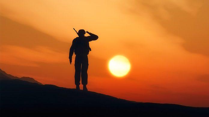 soldado mirando el atardecer