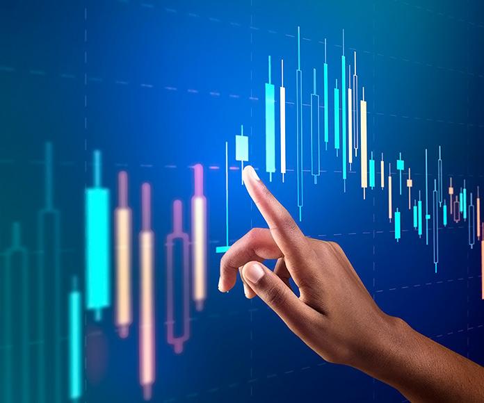 mano señalando gráficas de trading