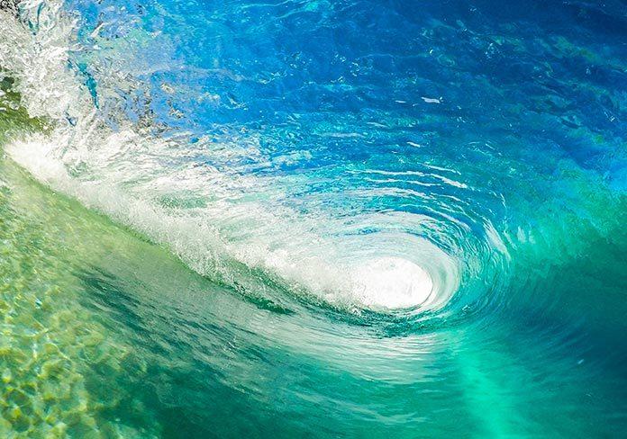 En el interior de una ola