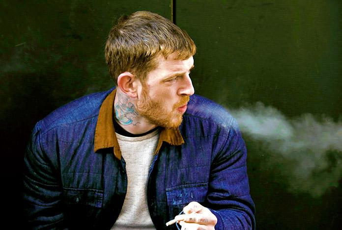 Hombre joven fumando