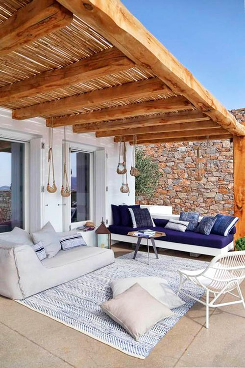 Terraza techada con tableros de bambú