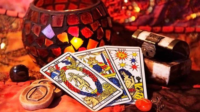 cartas del tarot sobre una mesa de adivinación