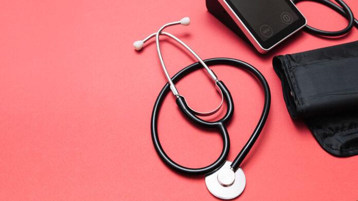 estetoscopio y medidor de presión arterial