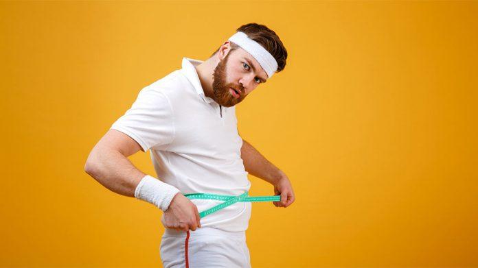 tenista midiéndose la cintura