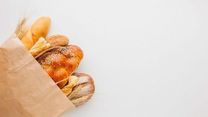 diferentes tipos de panes dentro de una bolsa de cartón