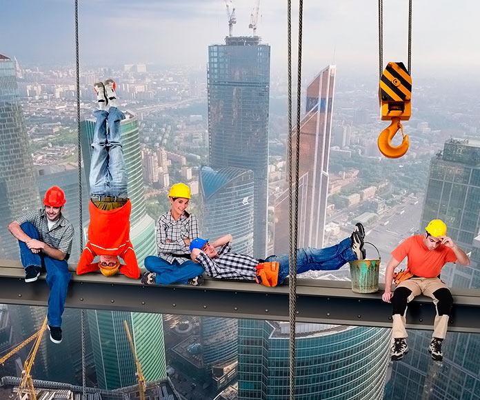 trabajadores verticales descansando en una viga suspendida en el aire