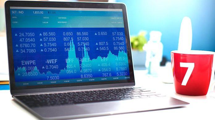 ordenador portátil visualizando gráficas de trading