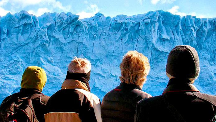 Turistas contemplando un glaciar