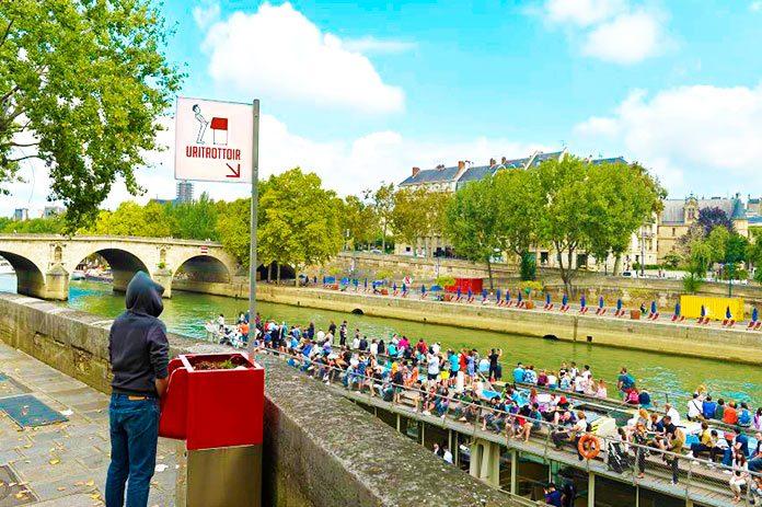 Los urinarios ecológicos al aire libre que causan polémica en París
