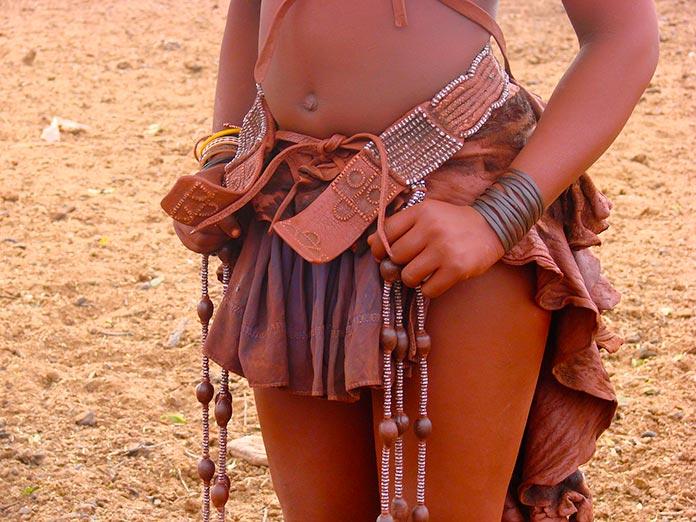 Taparrabos himba decorado con adornos tribales