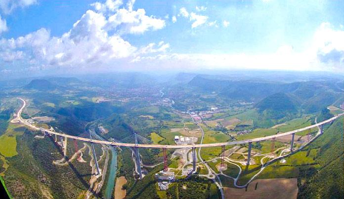 Vista aerea del Viaducto de Millau durante su construcción.