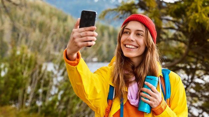 viajera haciéndose un selfie
