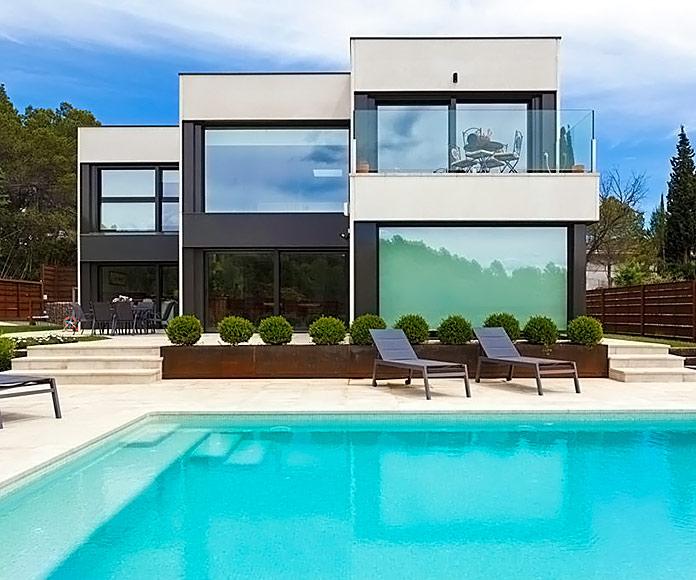 Fachada de una vivienda modular con piscina