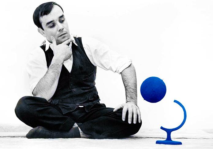 Yves Klein y el globo terráqueo azul